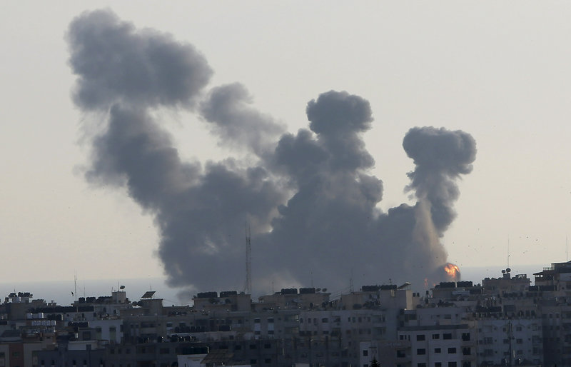 Εκρήξεις και καπνοί από ισραηλινούς βομβαρδισμούς στη Γάζα.