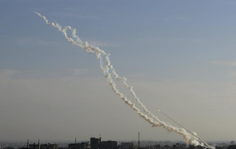 Εκατοντάδες ρουκέτες εκτοξεύθηκαν από τη Λωρίδα της Γάζας προς το Ισραήλ.