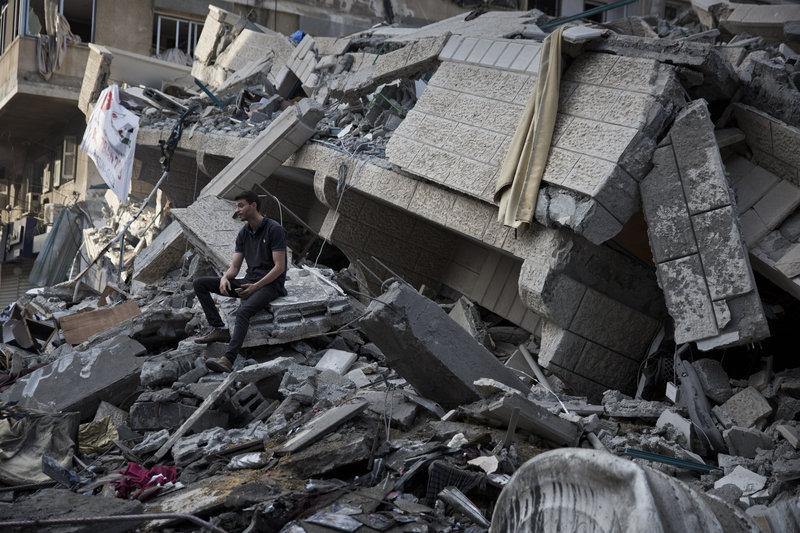 Παλαιστίνιος στα ερείπια ισοπεδωμένου από ισραηλινό βομβαρδισμό κτιρίου.