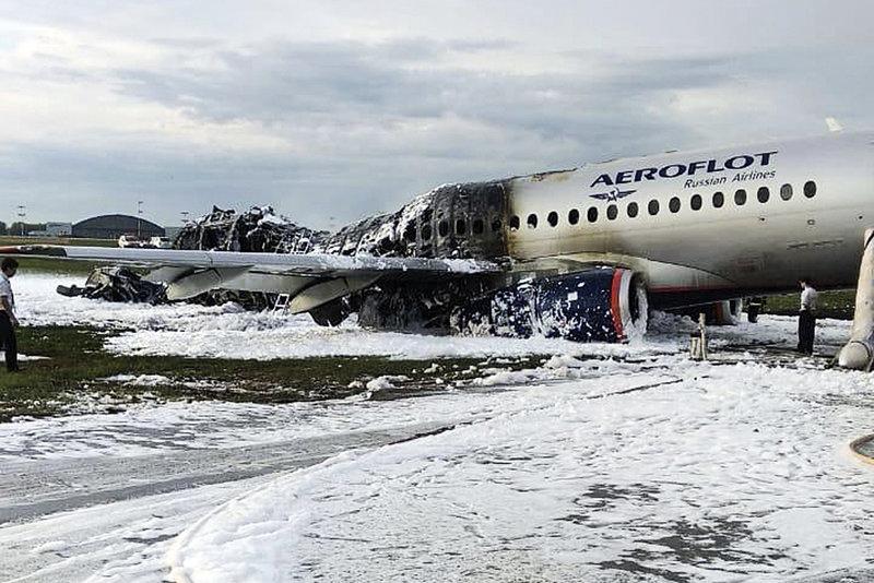 Το απανθρακωμένο τμήμα του αεροσκάφους στο αεροδρόμιο Σερεμέτιεβο της Μόσχας.