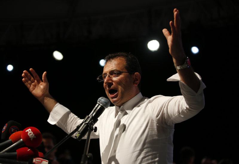 Ο Εκρέμ Ιμάμογλου εμφανίστηκε απτόητος στη χθεσινή συγκέντρωσή του, παρά την ακύρωση της νίκης του στις δημοτικές εκλογές της Κωνσταντινούπολης.