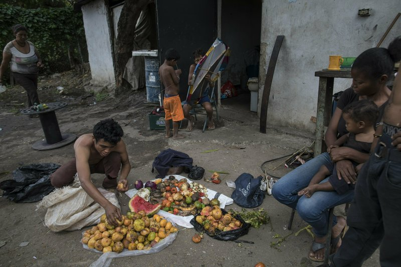 Οικογένειες εξαθλιωμένων Βενεζουελάνων αναζητούν τροφή.