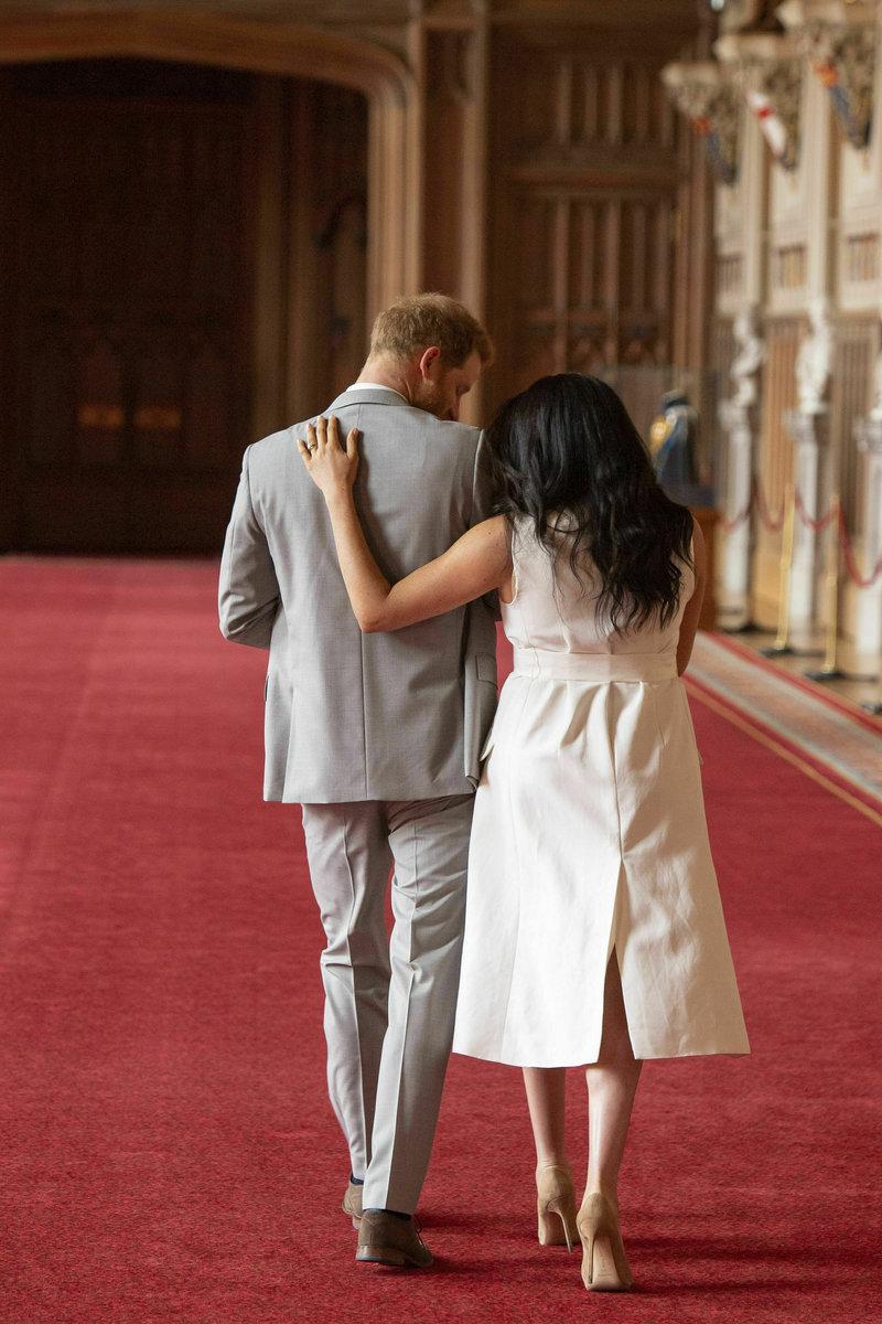 Μέγκαν Μαρκλ και πρίγκιπας Χάρι πλάτη, με το μωρό στην αγκαλιά