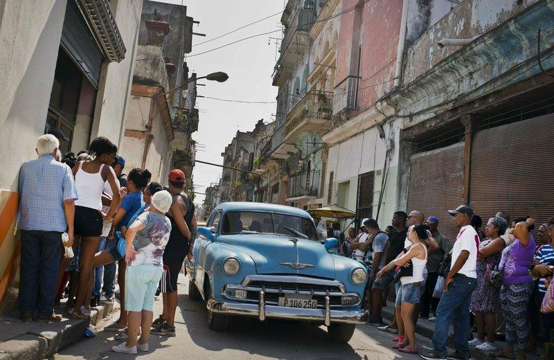Ουρές Κουβανών έξω από κατάστημα στην Αβάνα για τρόφιμα και είδη πρώτης ανάγκης.