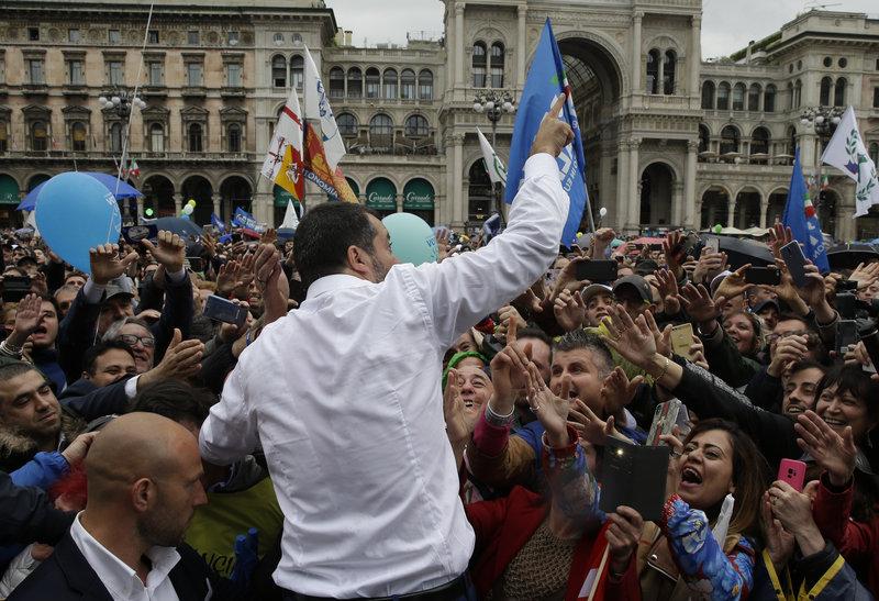 Οπαδοί του Ματέο Σαλβίνι τον αποθεώνουν στη φιέστα της ευρωπαϊκής ακροδεξιάς στην πλατεία του Καθεδρικού του Μιλάνου.