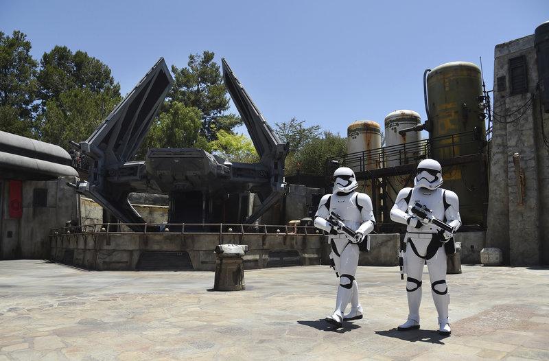 Stormtroopers περιδιαβαίνουν στους χώρους του πάρκου.