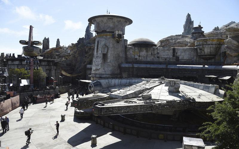 Αντίγραφο του Millenium Falcon δεσπόζει σε κεντρικό σημείο του πάρκου.