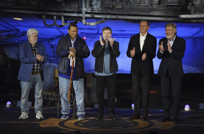 Τζορτζ Λούκας, Μπίλι Ντι Γουίλιαμς, Μαρκ Χάμιλ, ο CEO της Disney, Μπομπ Ιγκερ και ο Χάρισον Φορντ στα εγκαίνια του νέου θεματικού πάρκου Star Wars.