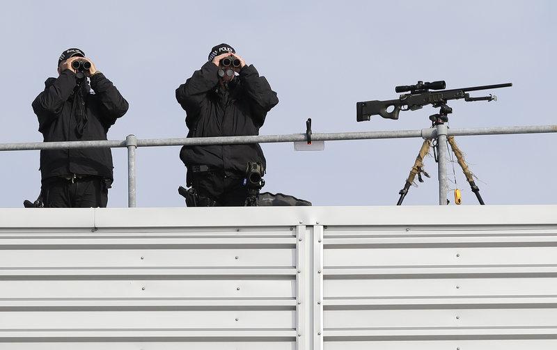 Δρακόντεια τα μέτρα ασφαλείας κατά την άφιξη του Ντόναλντ Τραμπ στο αεροδρόμιο του Στάνστεντ.