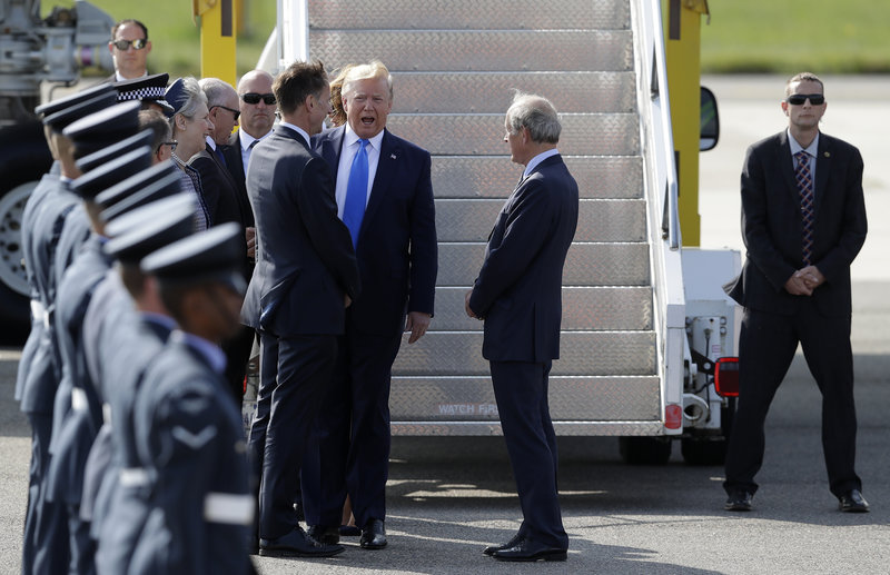 Το προεδρικό ζεύγος των ΗΠΑ υποδέχθηκε ο ΥΠΕΞ της Βρετανίας, Τζέρεμι Χαντ.