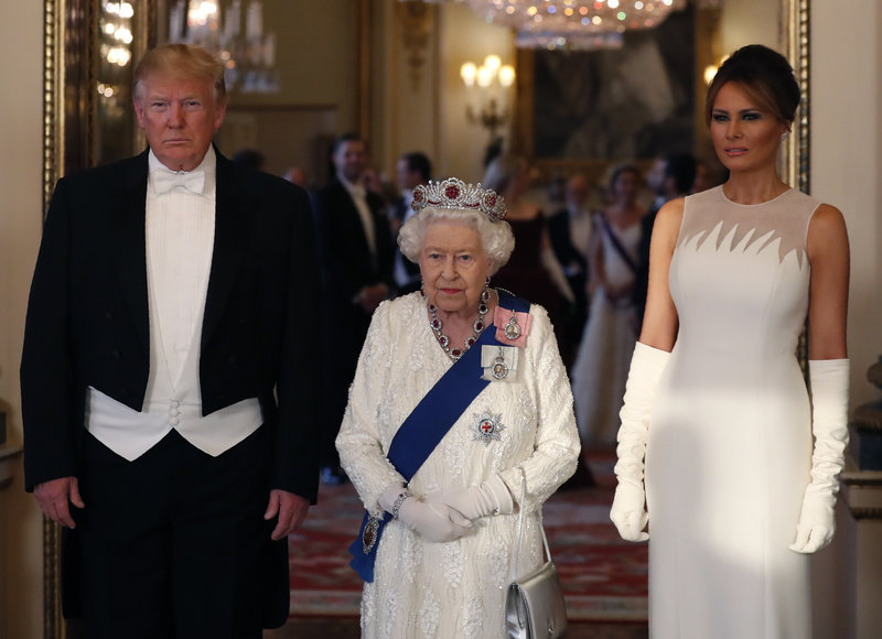 Ντόναλντ Τραμπ, βασίλισσα Ελισάβετ και Μελάνια Τραμπ