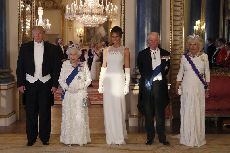 Ο Ντόναλντ Τραμπ, η βασίλισσα Ελισάβετ, η Μελάνια Τραμπ, ο πρίγκιπας Κάρολος και η Καμίλα