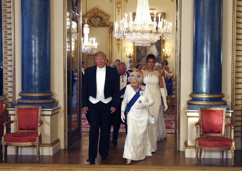 Η βασίλισσα Ελισάβετ μαζί με τον Ντόναλντ Τραμπ και λίγο πιο πίσω η Μελάνια Τραμπ