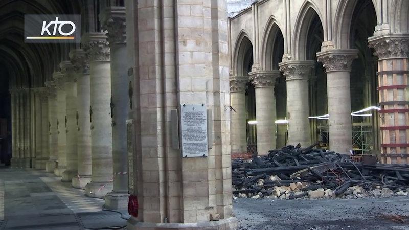 Αποκαϊδια στο εσωτερικό της Παναγίας των Παρισίων.