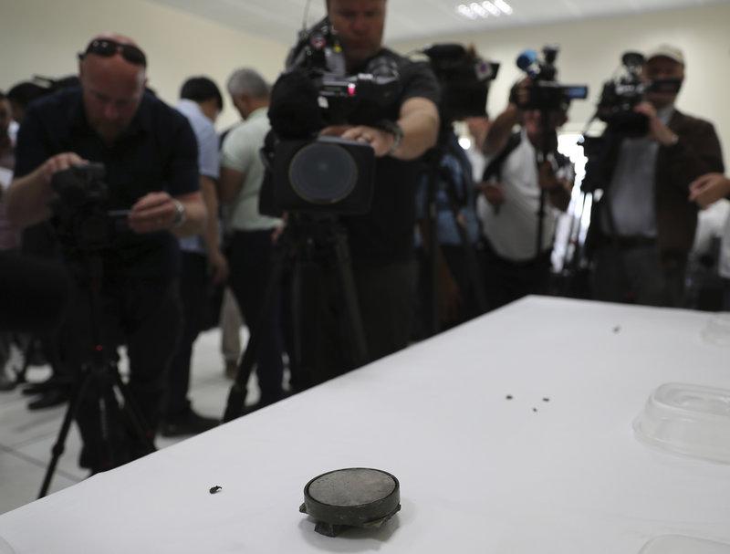 Θραύσματα μαγνητικής νάρκης και μαγνήτης που παρουσίασε το αμερικανικό πολεμικό Ναυτικό σε συνέντευξη Τύπου στο λιμάνι της Φουτζέιρα.