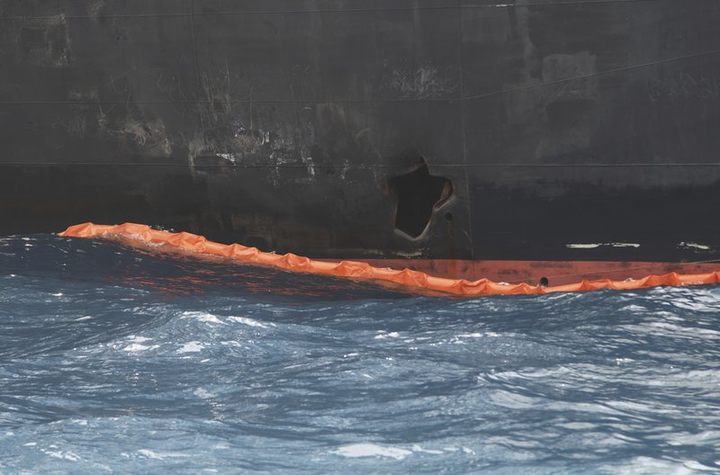 Η τρύπα στο κύτος του Kokuka Courageous, πάνω από την ίσαλο γραμμή του δεξαμενόπλοιου.