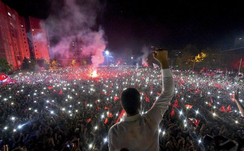 Ο θριαμβευτής των εκλογών στην Κωσνσταντινούπολη στην επινίκια ομιλία του.