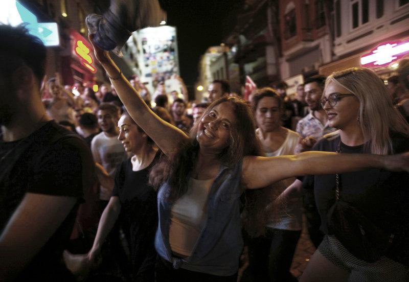 Οπαδοί του Εκρέμ Ιμάμογλου γιόρτασαν μέχρι πρωϊας τη νίκη του.