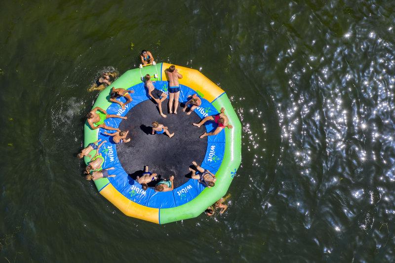 Λουόμενοι απολαμβάνουν το μπάνιο τους σε λίμνη στο Μόερς της Γερμανίας.