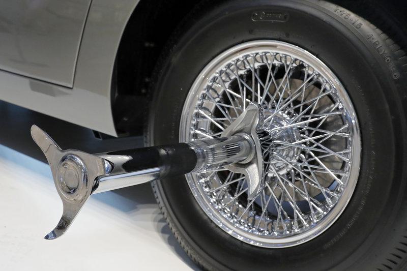 Η ειδικής κατασκευής Aston Martin DB5 διαθέτει αρκετά «εξωφρενικά» gadgets, από πυροβόλα και περιστρεφόμενες πινακίδες μέχρι καταστροφείς ελαστικών.