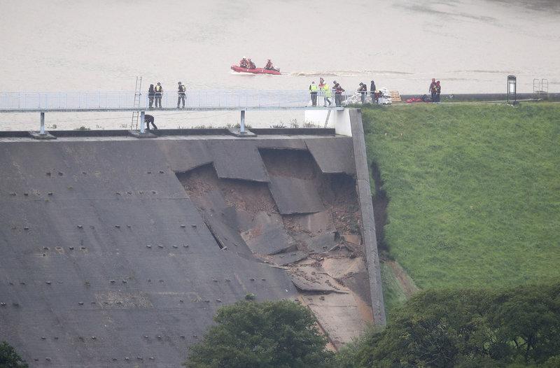 Αν καταρρεύσει το φράγμα θα χυθούν 1,3 εκατ. τόνοι νερού προειδοποιούν οι βρετανικές Αρχές.