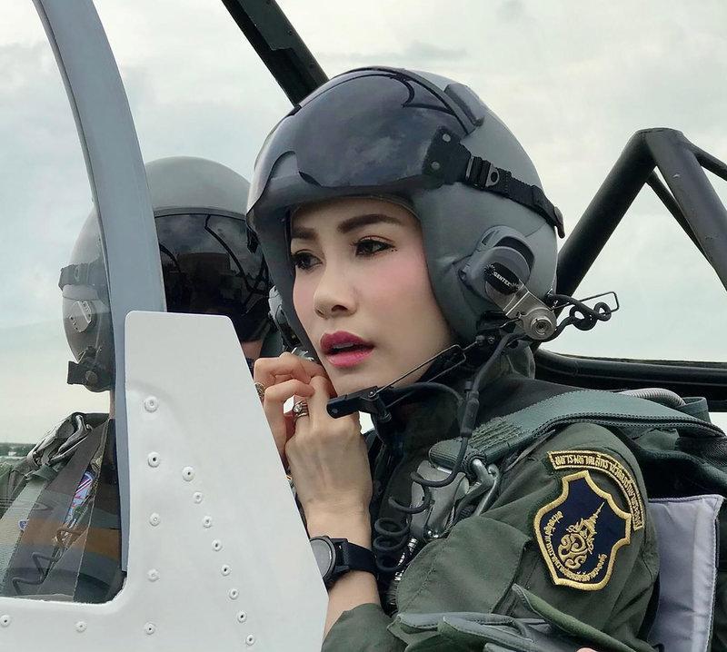 Η  Sineenat Wongvajirapakdi έχει λάβει εκπαίδευση πιλότου.