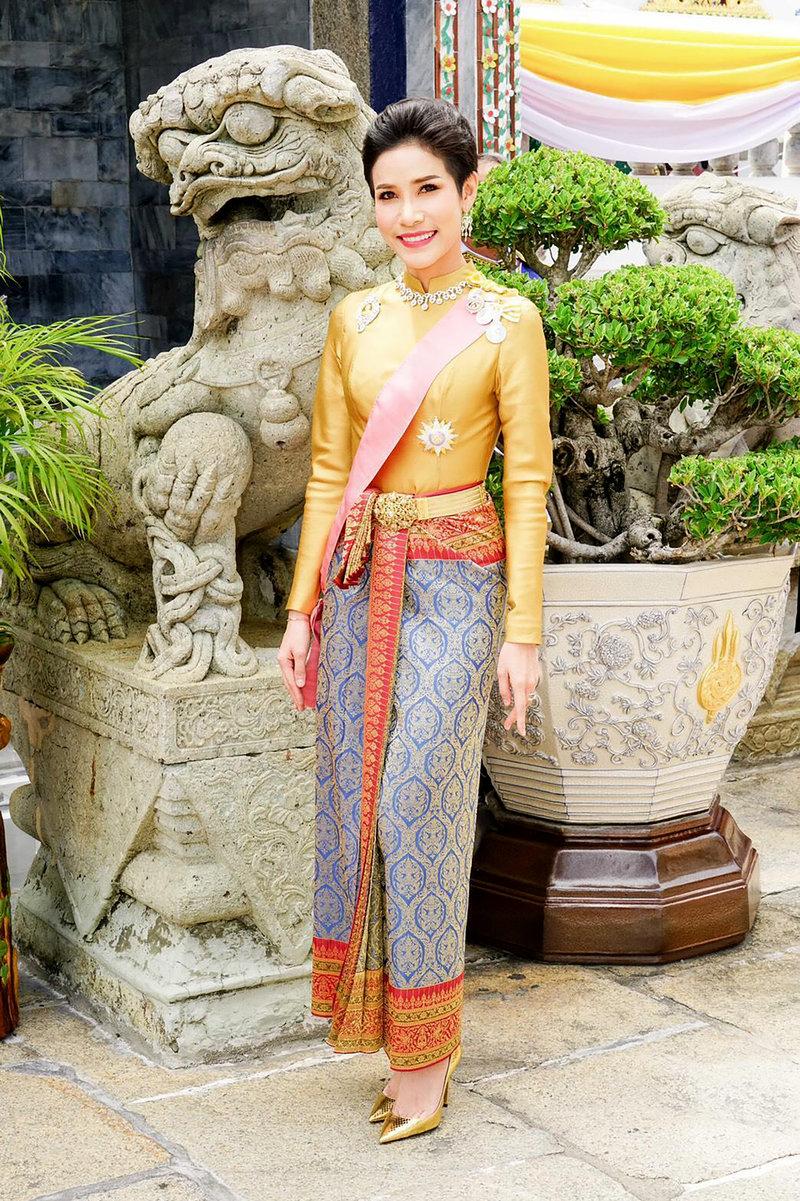 Η Sineenat Wongvajirapakdi, επίσημη ερωμένη του βασιλιά της Ταϊλάνδης.