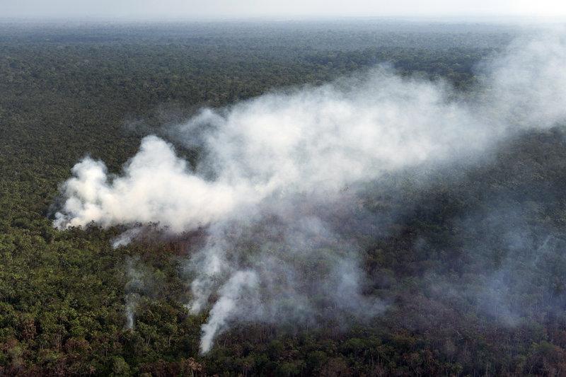 Το τροπικό δάσος του Αμαζονίου εξακολουθεί να φλέγεται, παρά την κινητοποίηση του στρατού.