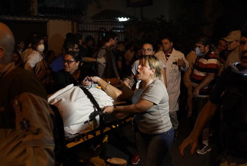 Τουλάχιστον 90 ασθενείς μεταφέρθηκαν σε άλλα νοσοκομεία για να γλιτώσουν από την πυρκαγιά.
