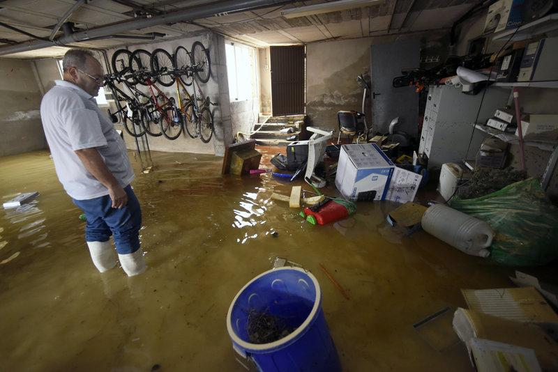 Οι δρόμοι έγιναν ποτάμια και πολλά υπόγεια πλημμύρισαν μετά τις καταρρακτώδεις βροχές στην ανατολική Ισπανία.