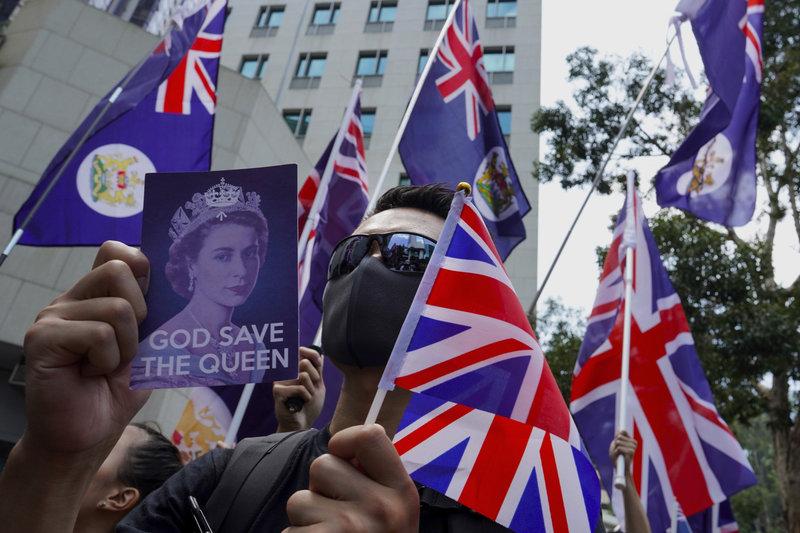 Οι διαδηλωτές φώναζαν συνθήματα υπέρ της βασίλισσας Ελισάβετ και της Βρετανίας, ζητώντας από το Λονδίνο να παρέμβει για να τους προστατεύσει.