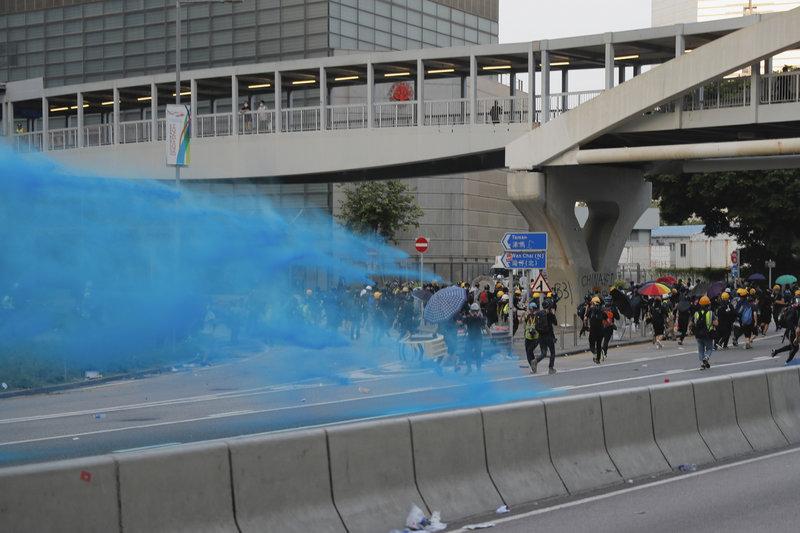 Διαδηλωτές πέταξαν μολότωφ και τούβλα κατά των αστυνομικών, που απάντησαν με δακρυγόνα και υδραντλίες .