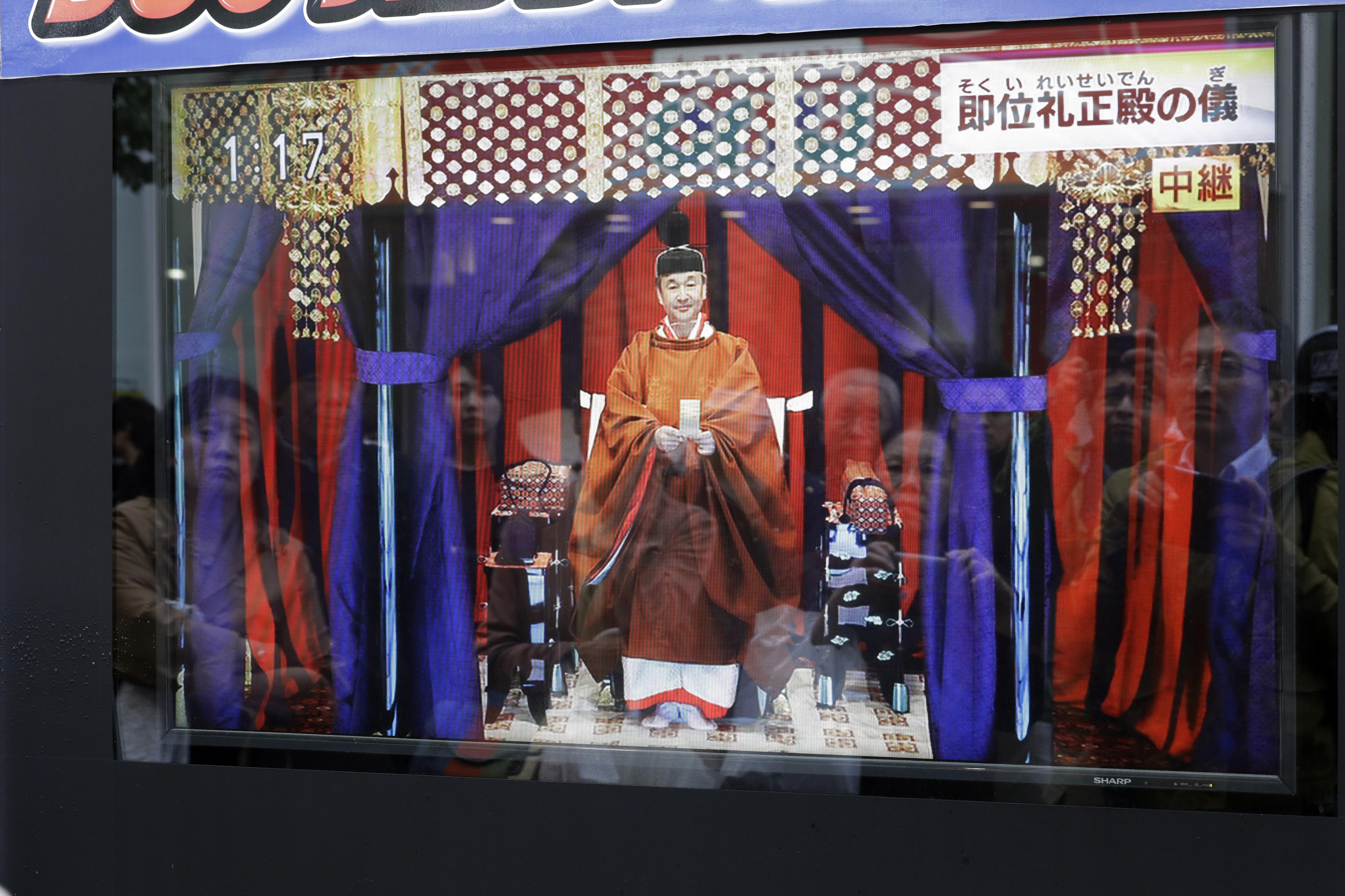 Τηλεοράσεις στο δρόμο του Τόκιο προβάλουν την τελετή ενθρόνισης του αυτοκράτορα της Ιαπωνίας
