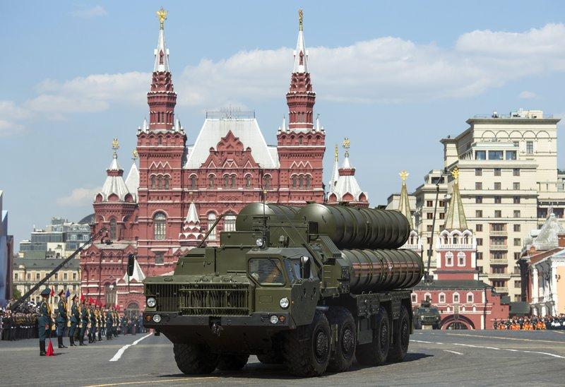 Όχημα με συστοιχία S-400 παρελαύνει στην Κόκκινη Πλατεία της Μόσχας.