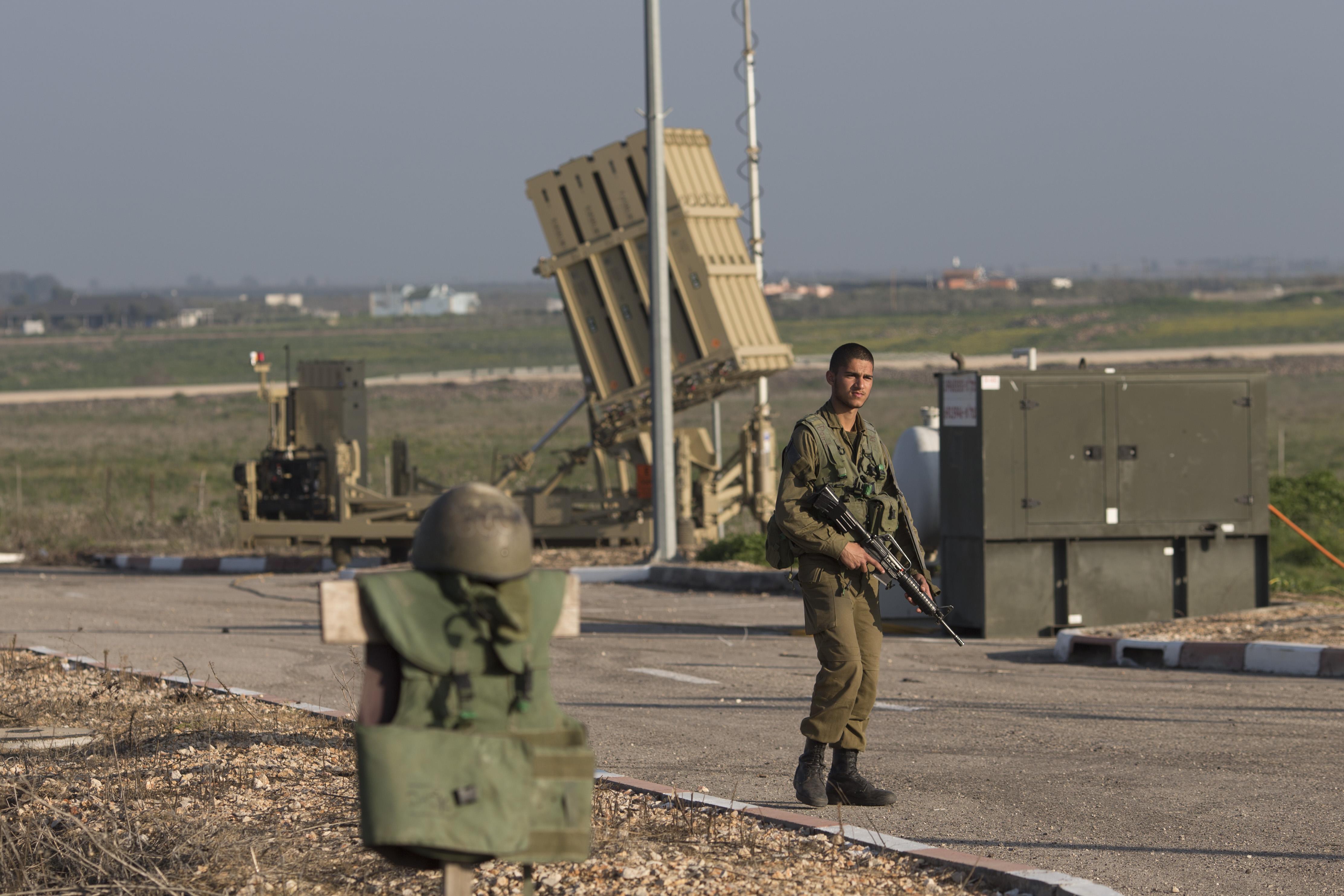 Ισραηλινός στρατιώτης μπροστά σε συστοιχία του αντιπυραυλικού συστήματος «Σιδερένιος Θόλος».