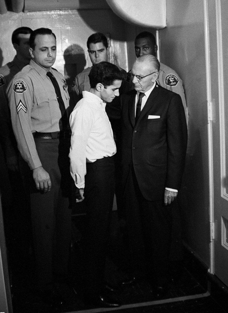 Ο Σιρχάν Σιρχάν συζητά με τον δικηγόρο του έξω από την αίθουσα δικαστηρία το 1968