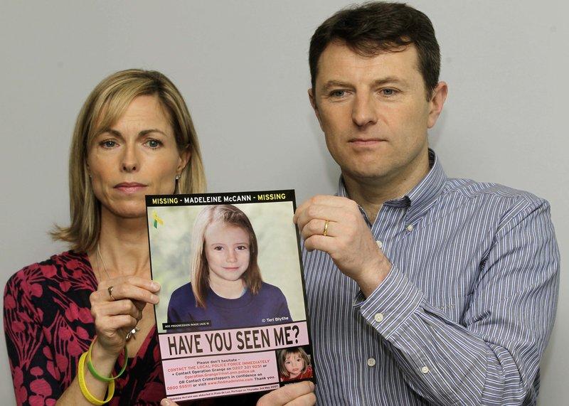 Οι γονείς της Μαντλίν Μακάν, Κέιτ και Τζέρι με μια φωτογραφία που δημιουργήθηκε σε Η/Υ και απεικονίζει πώς μπορεί να ήταν η κόρη τους το 2012, πέντε χρόνια μετά την απαγωγή της.