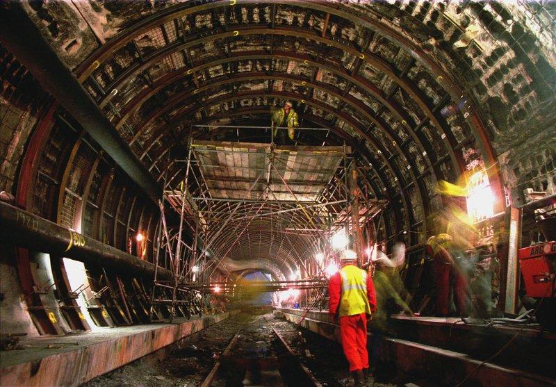 Εργάτες επιθεωρούν τις καταστροφές από πυρκαγιά σε τμήμα της Σήραγγας της Μάγχης τον Μάιο του 1996.
