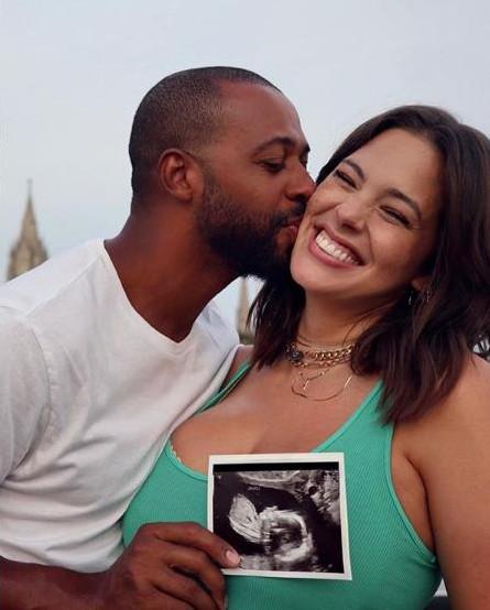 Η Άσλεϊ Γκράχαμ με τον σύζυγό της, ανακοίνωσαν πως περιμένουν το πρώτο τους παιδί
