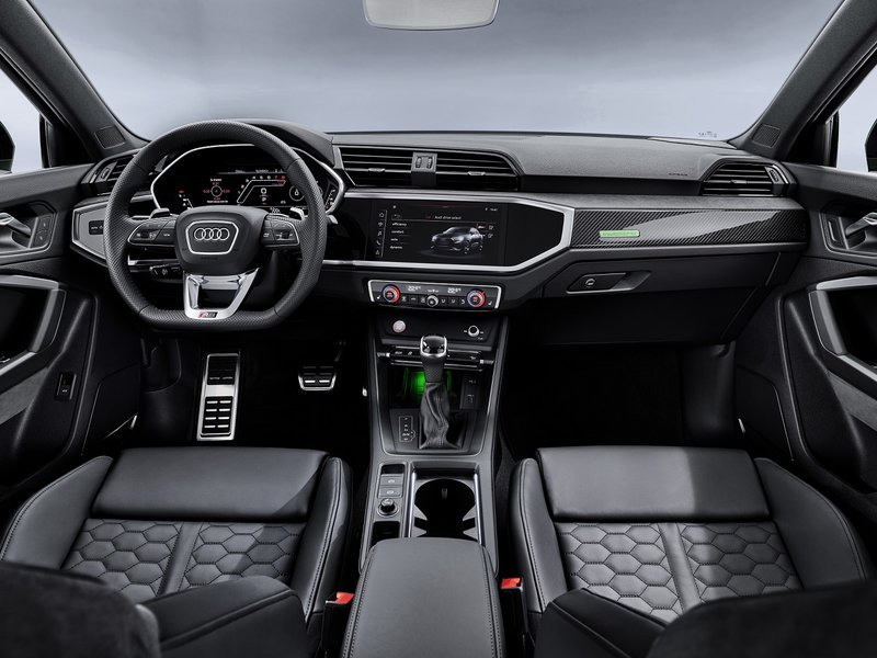 Στο εσωτερικό των SUV της Audi βρίσκουμε πολλές σχεδιαστικές λεπτομέρειες που έχουν στόχο να προσδώσουν μια σπορ χροιά: επενδύσεις αλουμινίου, nappa δερμάτινα καθίσματα και πολλά ακόμη στοιχεία.