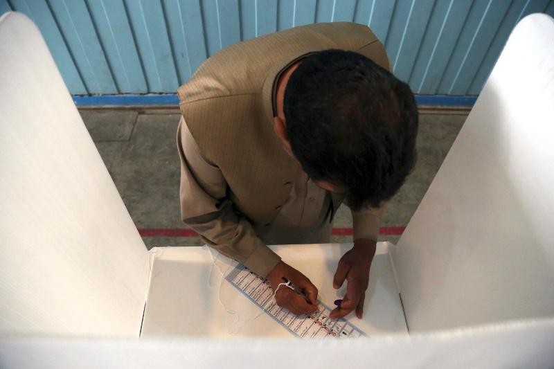 Αφγανός ψηφοφόρος ασκεί το εκλογικό του δικαίωμα.