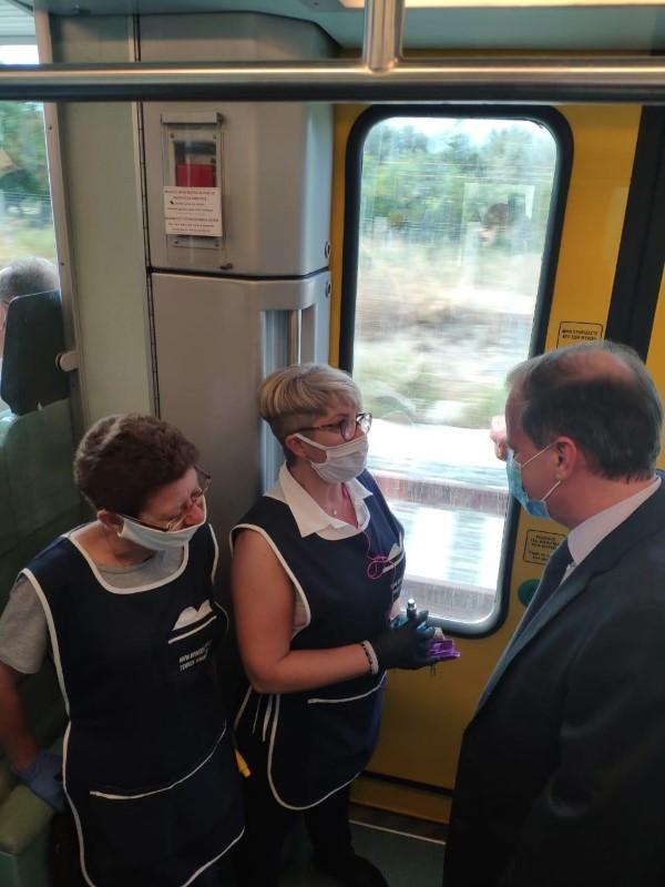 Ο Κώστας Α. Καραμανλής συνομιλεί με υπαλλήλους του τρένου