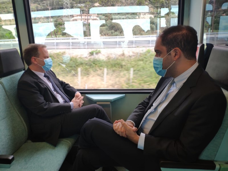 Ο Κώστας Αχ. Καραμανλής (αριστερά) και ο υφυπουργός Γ. Κεφαλογιάννης με μάσκες κάνουν το δρομολόγιο Κιάτο-Αίγιο