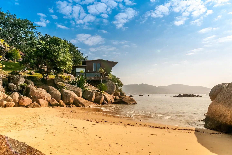 Ένα ονειρεμένο σπίτι στην άκρη στη θάλασσα, εντός φυσικού πάρκου στη Βραζιλία