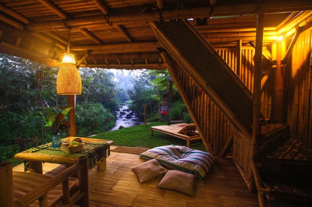 Ένα  εξωτικό σπίτι, κατασκευασμένο σχεδόν εξ ολοκλήρου από μπαμπού στην Ινδονησία