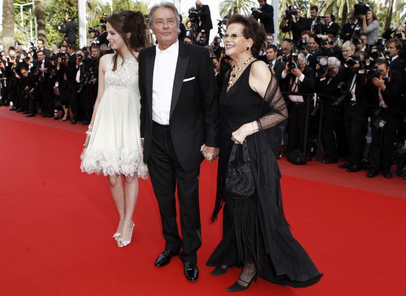 Ο Αλαίν Ντελόν με την κόρη του και την Κλαούντια Καρντινάλε στο κόκκινο χαλί