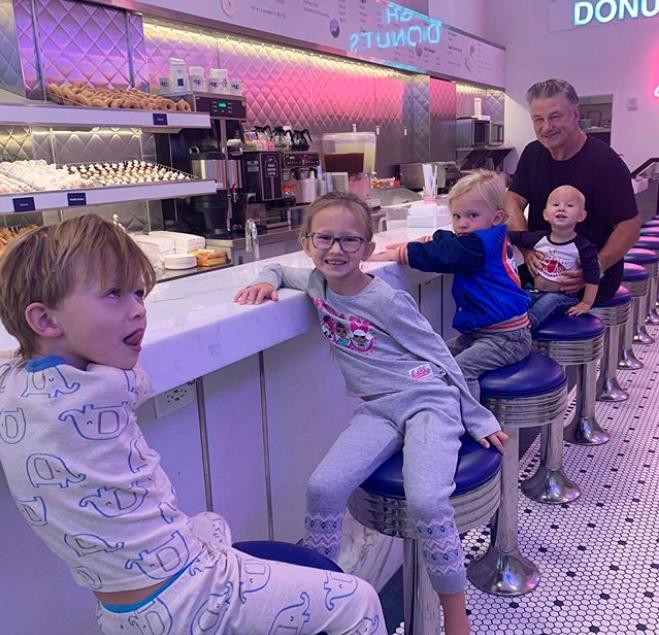 Ο Άλεκ Μπάλντουιν με τα τέσσερα παιδιά του από την σύζυγό του Χιλάρια