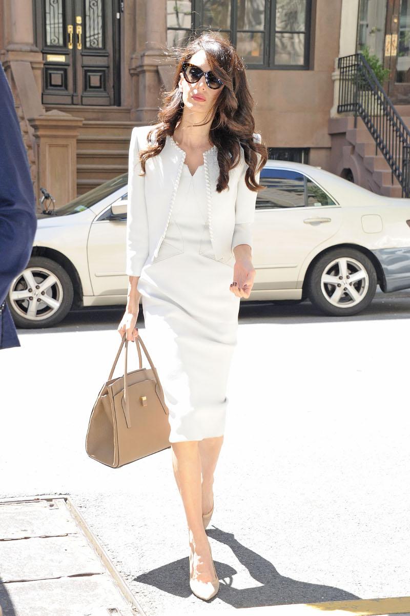 Η Αμάλ ΚΛούνεϊ με λευκό φόρεμα, nude γόβες στους δρόμους της Νέας Υόρκης