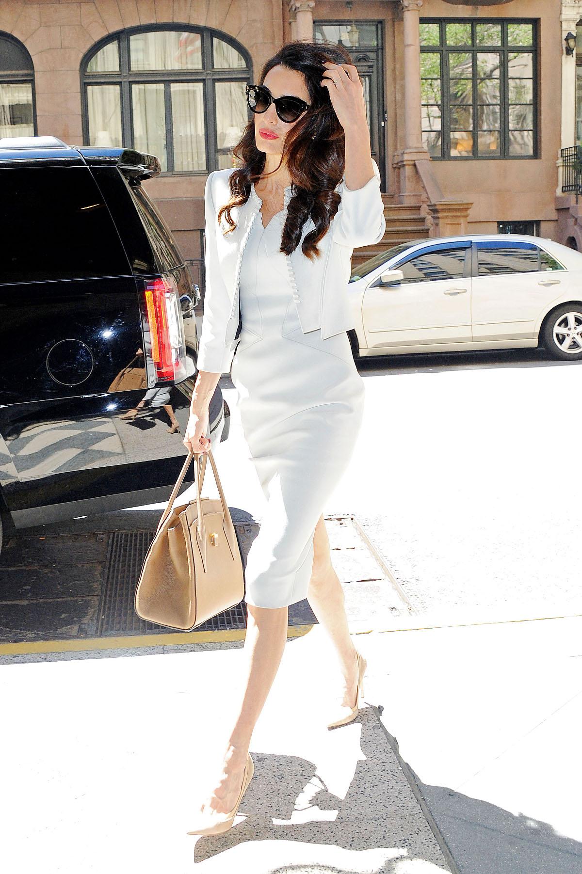 Η Αμάλ Κλούνεϊ με λευκό φόρεμα