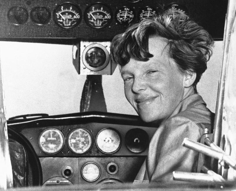H Αμέλια Έρχαρτ σε μια φωτογραφία του 1937, λίγο καιρό πριν εξαφανιστούν τα ίχνη της στον Ειρηνικό Ωκεανό.